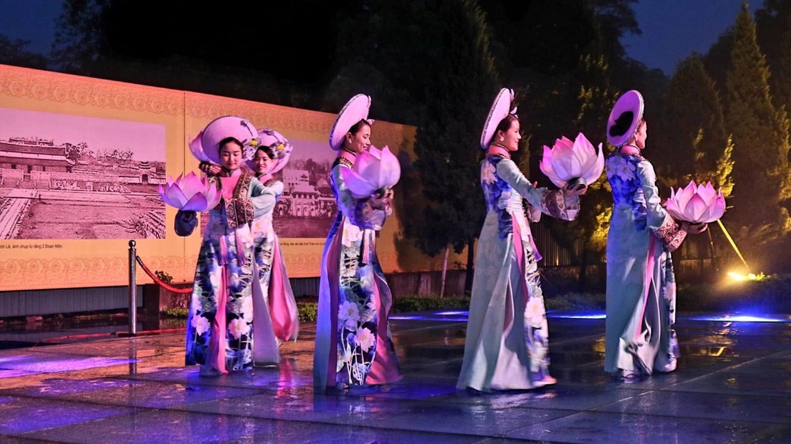 Vũ công biểu diễn múa cổ Cung đình