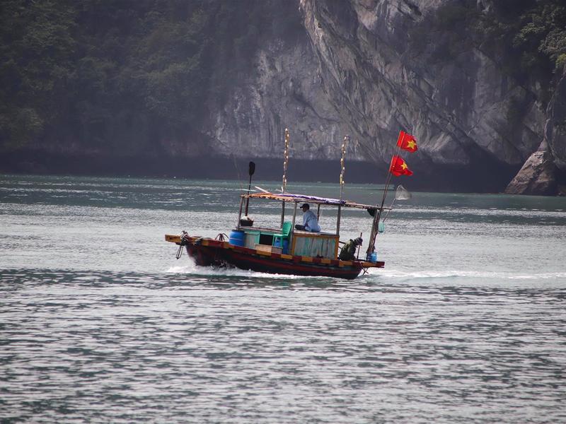 Ngư dân đi đánh bắt cá tại vùng Vịnh
